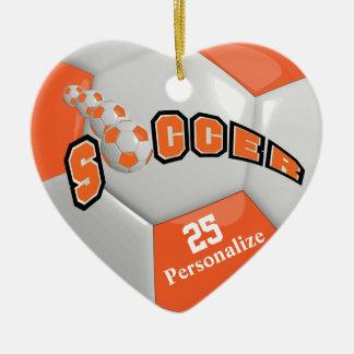 El balón de fútbol anaranjado el | personaliza adorno navideño de cerámica en forma de corazón