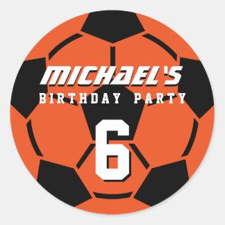 El balón de fútbol anaranjado se divierte a los pegatinas redondas