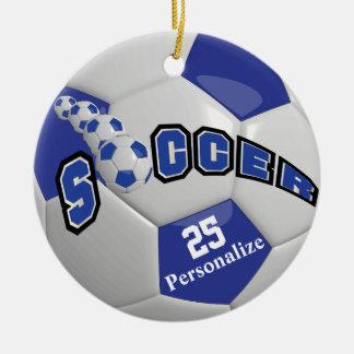 El balón de fútbol azul marino el | personaliza adorno navideño redondo de cerámica