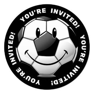 """El balón de fútbol brillante sonriente invita invitación 5.25"""" x 5.25"""""""