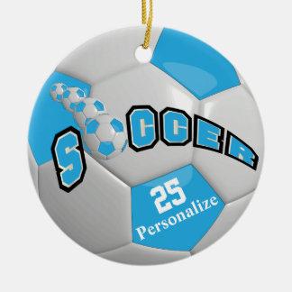 El balón de fútbol de los azules cielos el | adorno navideño redondo de cerámica