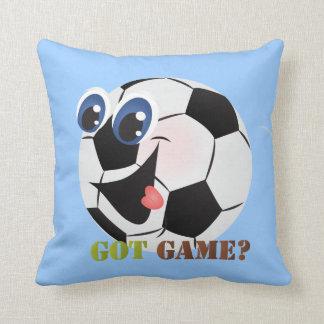El balón de fútbol del dibujo animado se divierte