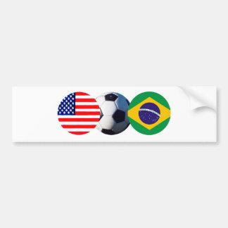 El balón de fútbol el Brasil y los E E U U señala Pegatina De Parachoque