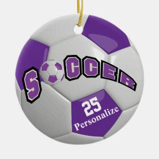 El balón de fútbol púrpura el | personaliza adorno navideño redondo de cerámica