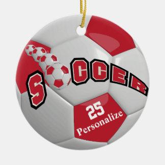 El balón de fútbol rojo oscuro el | personaliza adorno navideño redondo de cerámica