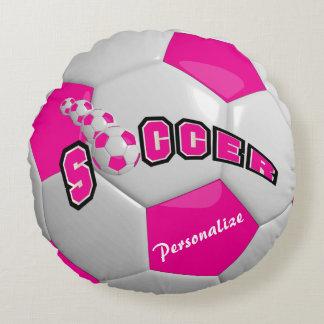 El balón de fútbol rosado el   personaliza cojín redondo