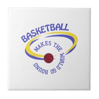 El baloncesto hace que el mundo va alrededor azulejo cuadrado pequeño