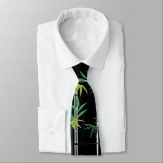El bambú sale de la corbata del modelo