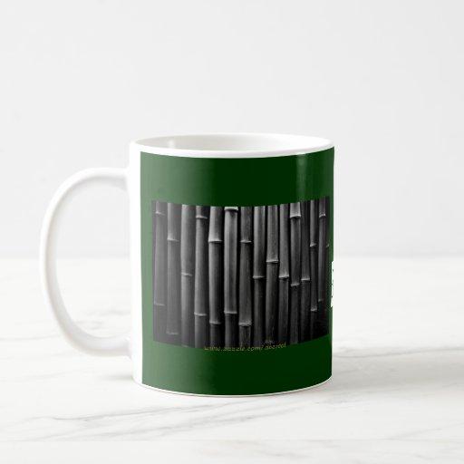 El bambú sale de la taza del viaje
