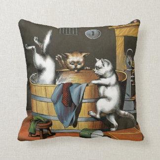El baño de los gatitos - arte del vintage almohada