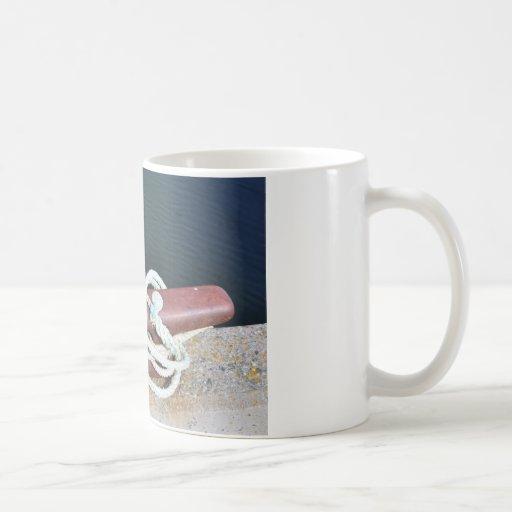 El barco ata en muelle taza de café