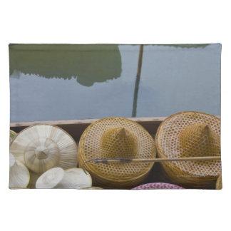 El barco cargó con los gorras de bambú en el merca mantel individual