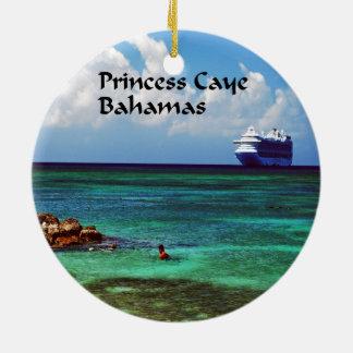 El barco de cruceros atracó en princesa Cay en las Ornamentos Para Reyes Magos