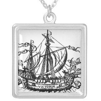 El barco 'Victoria de Fernando de Magallanes Collar Plateado