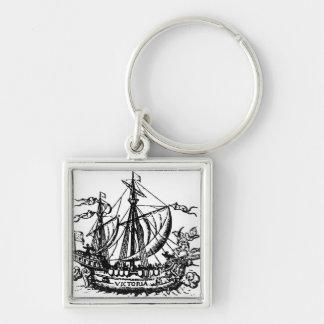 El barco 'Victoria de Fernando de Magallanes Llavero Cuadrado Plateado
