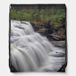El barranco cae en el río del esturión cerca de mochilas