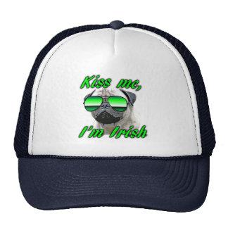 El barro amasado irlandés, divertido me besa el dí gorro de camionero