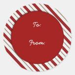 El bastón de caramelo raya la etiqueta del regalo