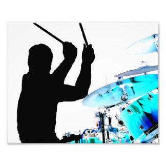 El batería se pega en tambores invertidos del azul fotografía
