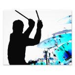 El batería se pega en tambores invertidos del azul arte con fotos