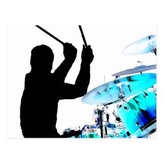El batería se pega en tambores invertidos del azul postales