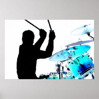 El batería se pega en tambores invertidos del azul póster