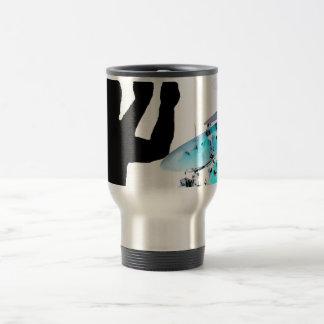 El batería se pega en tambores invertidos del azul taza de viaje
