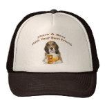 El beagle comparte una cerveza gorra