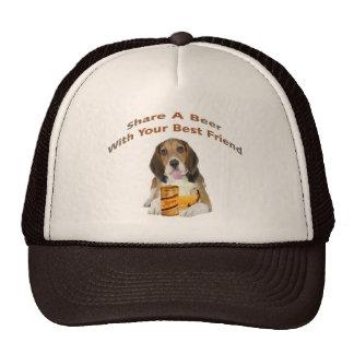 El beagle comparte una cerveza gorras de camionero