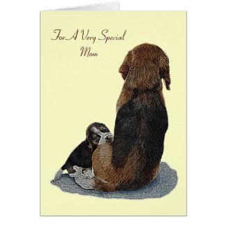 El beagle y la mamá lindos del perrito persiguen l tarjeton