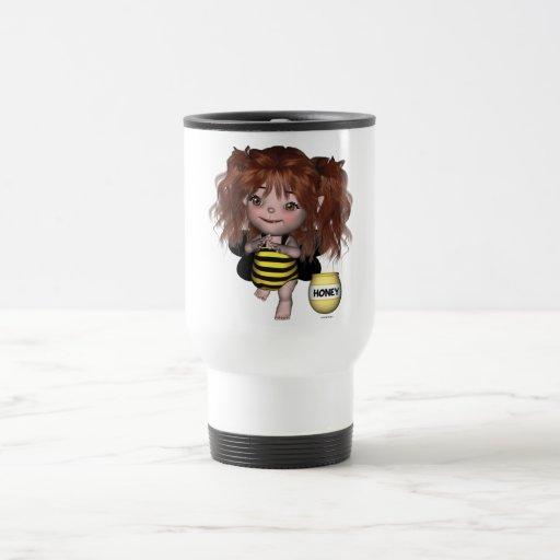 El bebé adorable manosea la taza de hadas de Sally