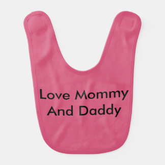 El bebé ama el babero de la mamá y del papá