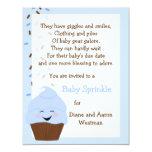 El bebé asperja en la invitación de los azules invitación 10,8 x 13,9 cm