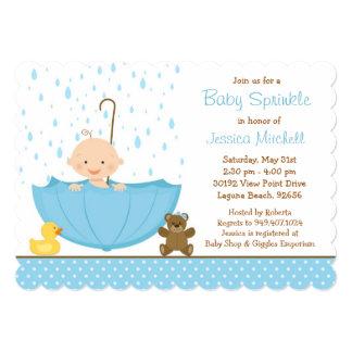 El bebé asperja la invitación de la ducha para el