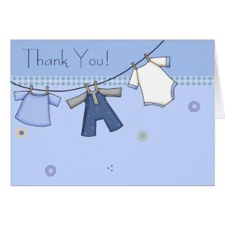 El bebé azul de la cuerda para tender la ropa le tarjeta pequeña