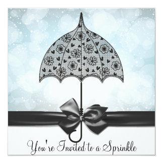 """El bebé azul del paraguas negro del cordón asperja invitación 5.25"""" x 5.25"""""""