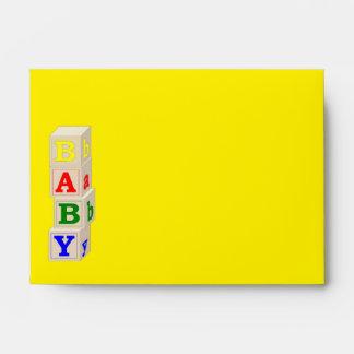 El bebé bloquea el sobre amarillo y azul de la fie