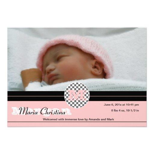 El bebé comprueba la invitación del nacimiento (el