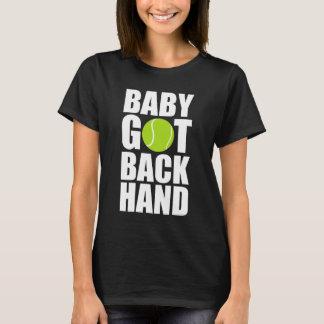 El bebé consiguió detrás la camiseta de los