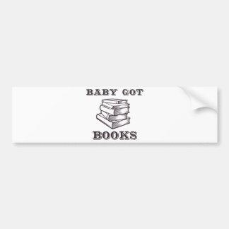 El bebé consiguió los libros pegatina para auto