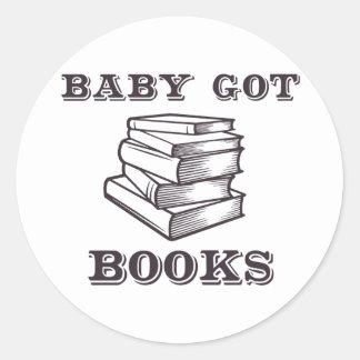 El bebé consiguió los libros pegatina redonda