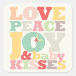 El bebé de la alegría de la paz del amor besa al pegatina cuadrada