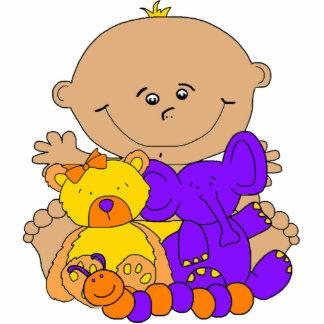 El bebé de la escultura de la foto juega púrpura a fotoescultura vertical