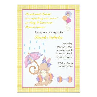 El bebé del conejito asperja la frontera amarilla invitación 12,7 x 17,8 cm