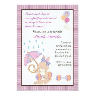 El bebé del conejito asperja la frontera púrpura invitación 12,7 x 17,8 cm