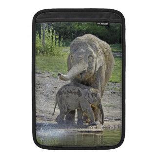 El bebé del elefante consigue la ducha funda macbook air