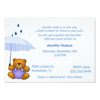 El bebé del oso de peluche asperja la invitación