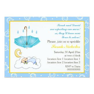 El bebé durmiente asperja la invitación amarilla