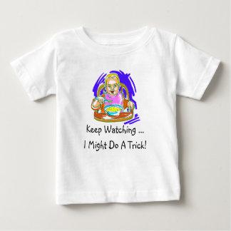 El bebé engaña la camiseta