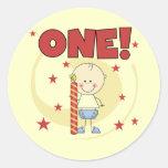 El bebé es camisetas y regalos de un 1ras etiquetas redondas